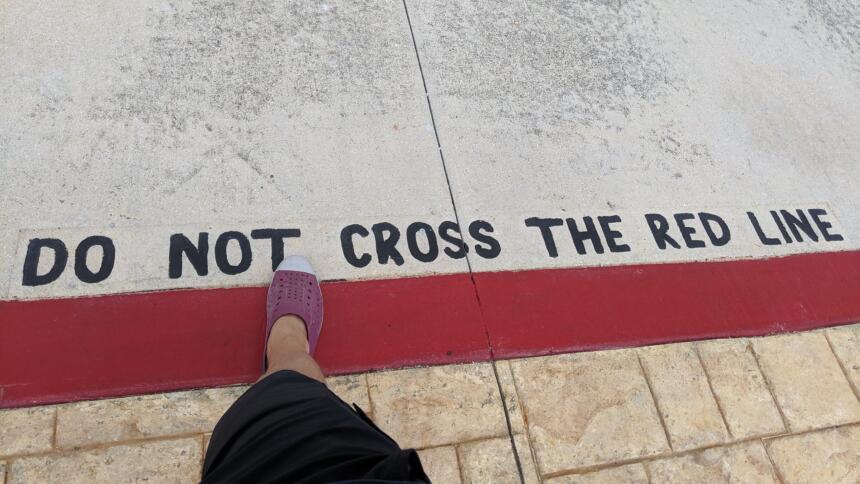 Rote Linie auf dem Boden