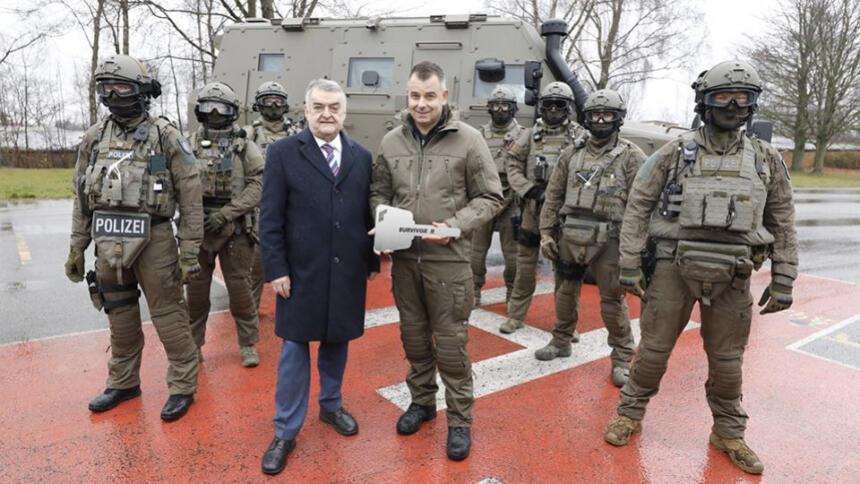 NRW-Innenminister Herbert Reul vor einem Polizeipanzer