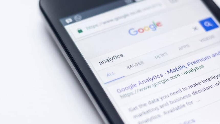 Smartphone mit aufgerufener Google-Suchseite