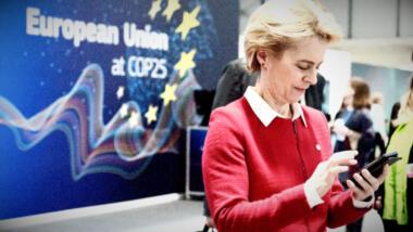 Ursula von der Leyen mit Handy