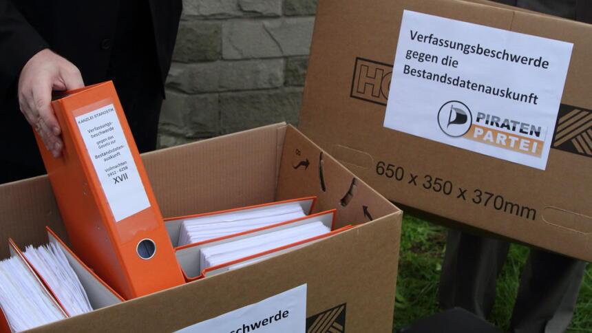 Kartons mit Aktenordnern, in denen die Unterschriften aller Kläger gesammelt sind.