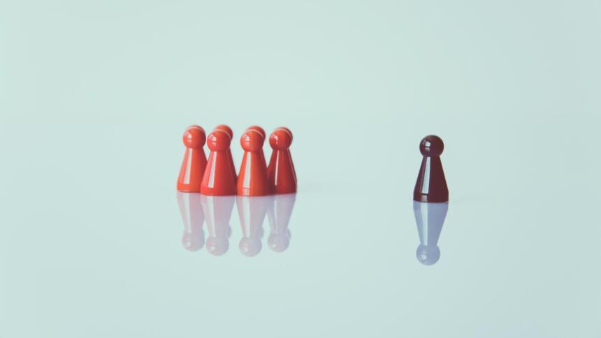 Eine andersfarbige Spielfigur ist nicht Teil der Gruppe.