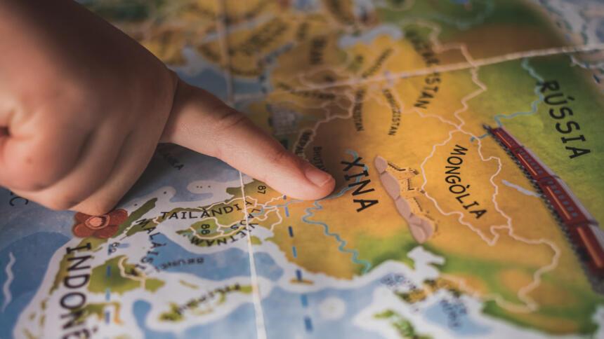 Finger zeigt auf eine China-Karte