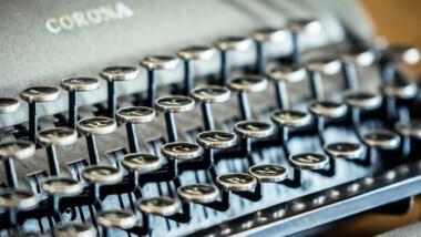 Schreibmaschine mit Aufschrift Corona