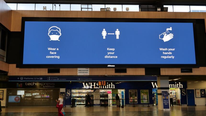Große LED-Anzeige mit Corona-Verhaltensregeln