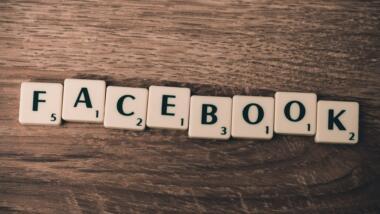 Facebook-Buchstaben auf Scrabble Spielsteinen