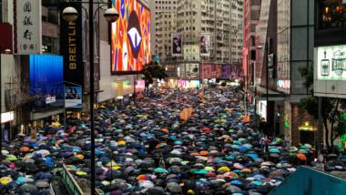 Demonstration in Hongkong, Blick auf Straße mit vielen Regenschirmen