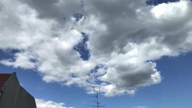 Bild von Wolken und einem Dach