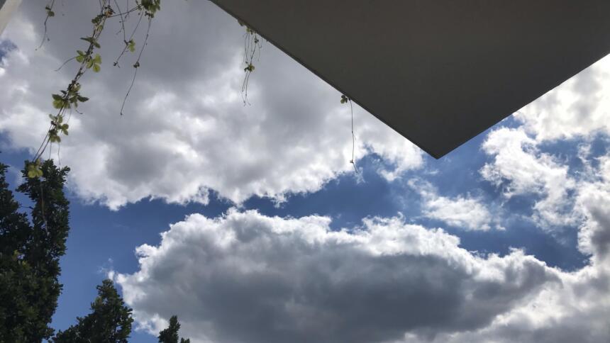 Bild von Himmel und Balkon