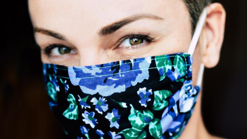 Nahaufnahme Gesicht einer Frau mit einer bunten Gesichtsmaske