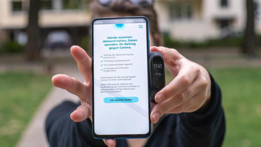 Person hält Smartphone mit der Datenspendeapp vor ihr Gesicht