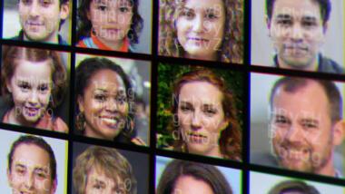 Collage aus Gesichtsbildern und Zeichenketten