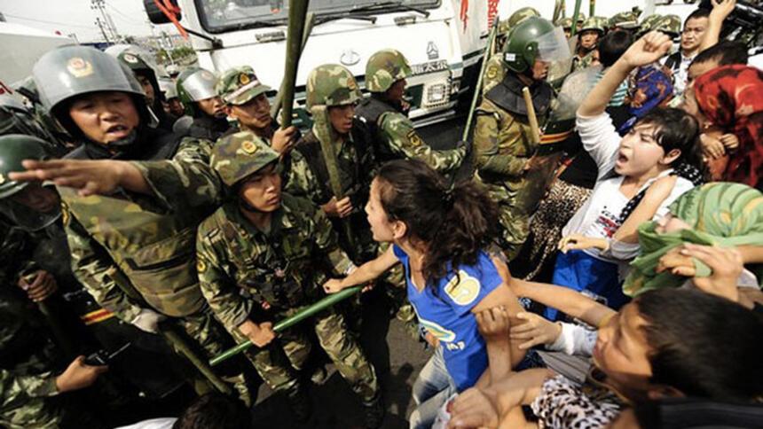 Frauen schreien in Richtung gepanzerter Polizei