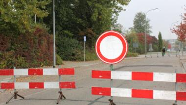 Eine Straßensperre als Symbol für Internetsperren in Belarus.