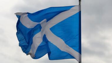 Die schottische Flagge weht im Wind