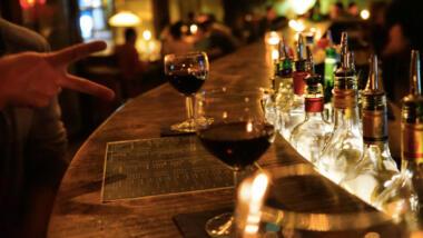 Weingläser auf einer Theke