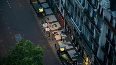 Straße von oben mit Menschen