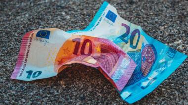 Eine 10 und eine 20-Euro-Note auf dem Boden