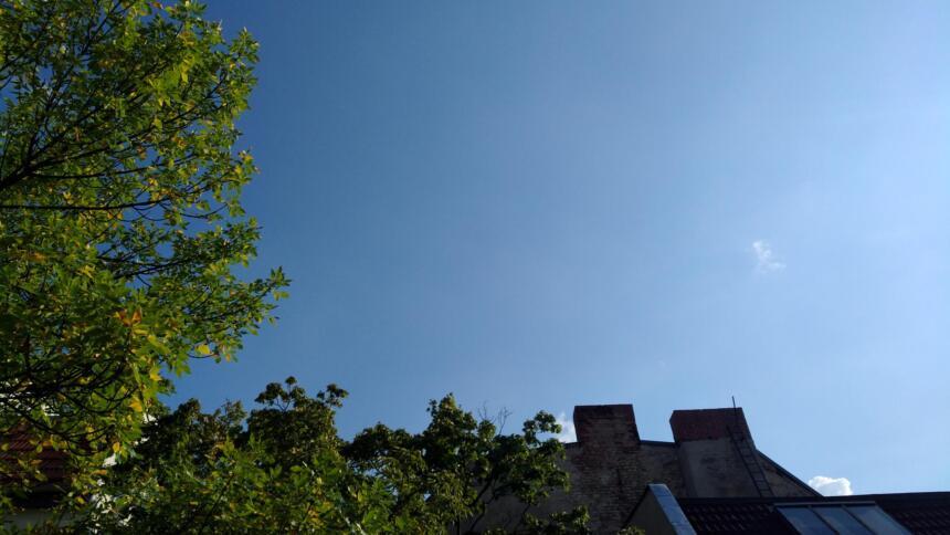 Blauer Himmel über Dächern
