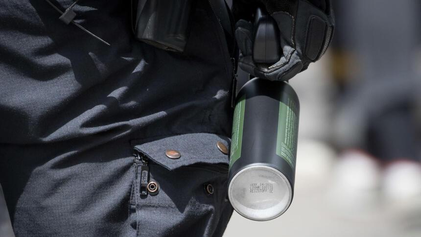 Polizist mit der Hand am Pfefferspray