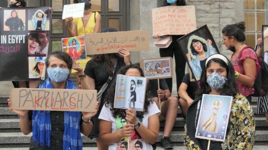 Frauen halten Schilder auf einer Demonstration hoch