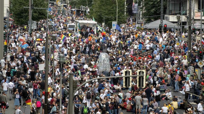 Menschen auf der Querdenken-Demo an der Berliner Friedrichstraße
