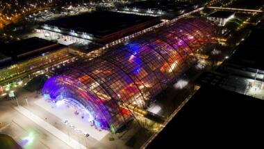 Blick auf die Leipziger Messe von oben, extrem viele bunte Lichter