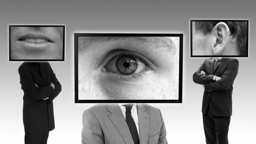 Drei Personen, die statt eines Kopfes je einen Bildschrim mit einem Mund, einem Auge oder einem Ohr tragen.