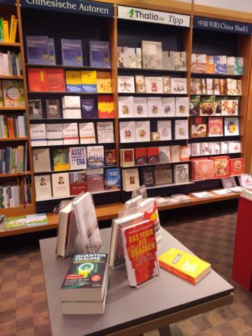 Büchertisch mit China-kritischer Literatur