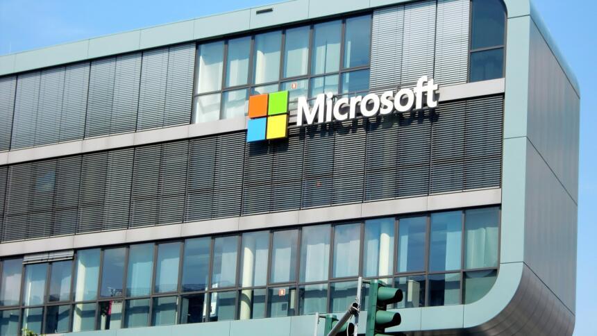 Der Microsoft-Schriftzug an einem Firmengebäude