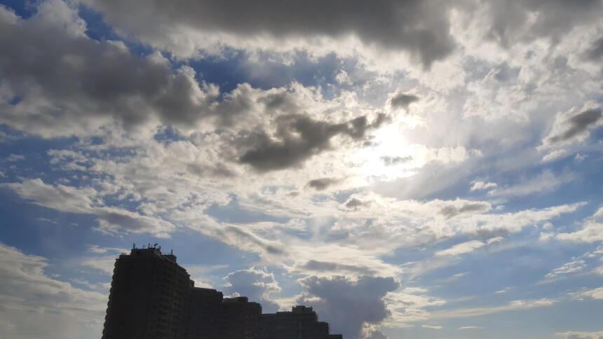 Wolken, ein bisschen Sonne und ein doofes Hochhaus, das die Aussicht versperrt.
