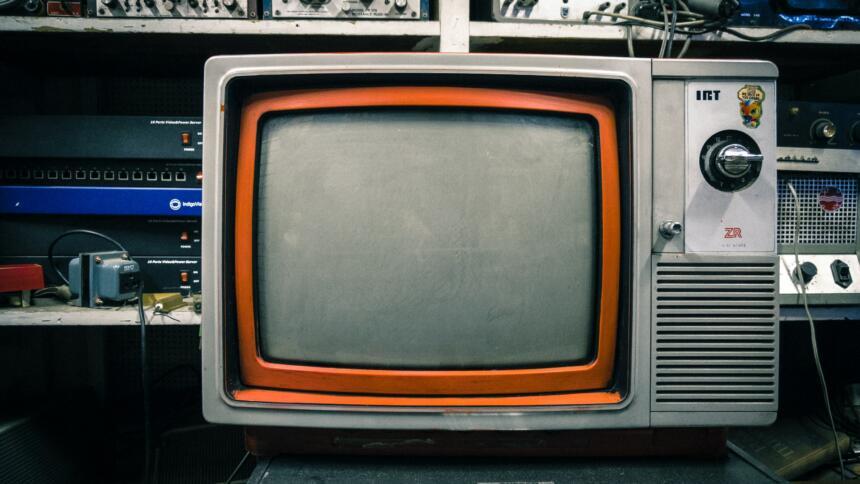 Vintage-Fernseher mit IRT-Buchstaben