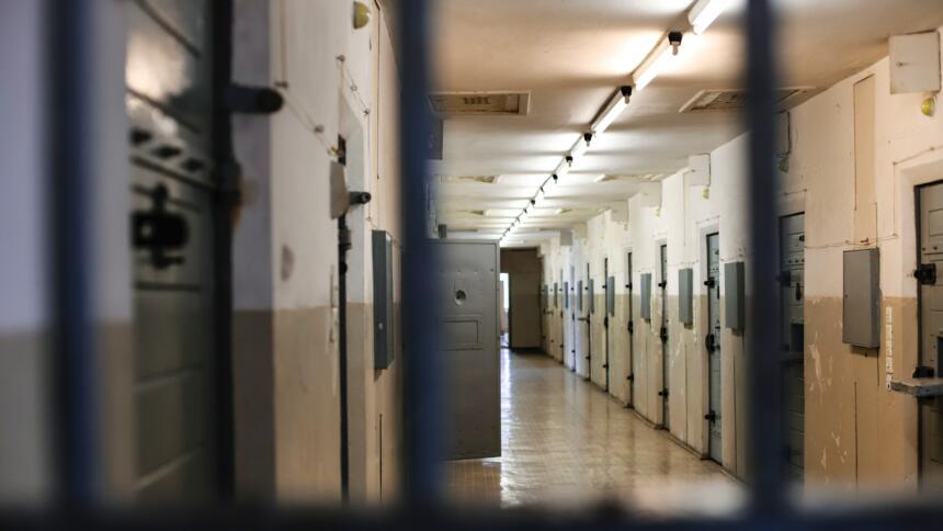 Blick in einen Gefängnisflur