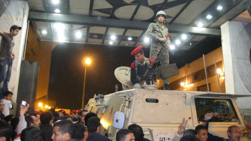 Menschen, Soldaten und gepanzertes Fahrzeug