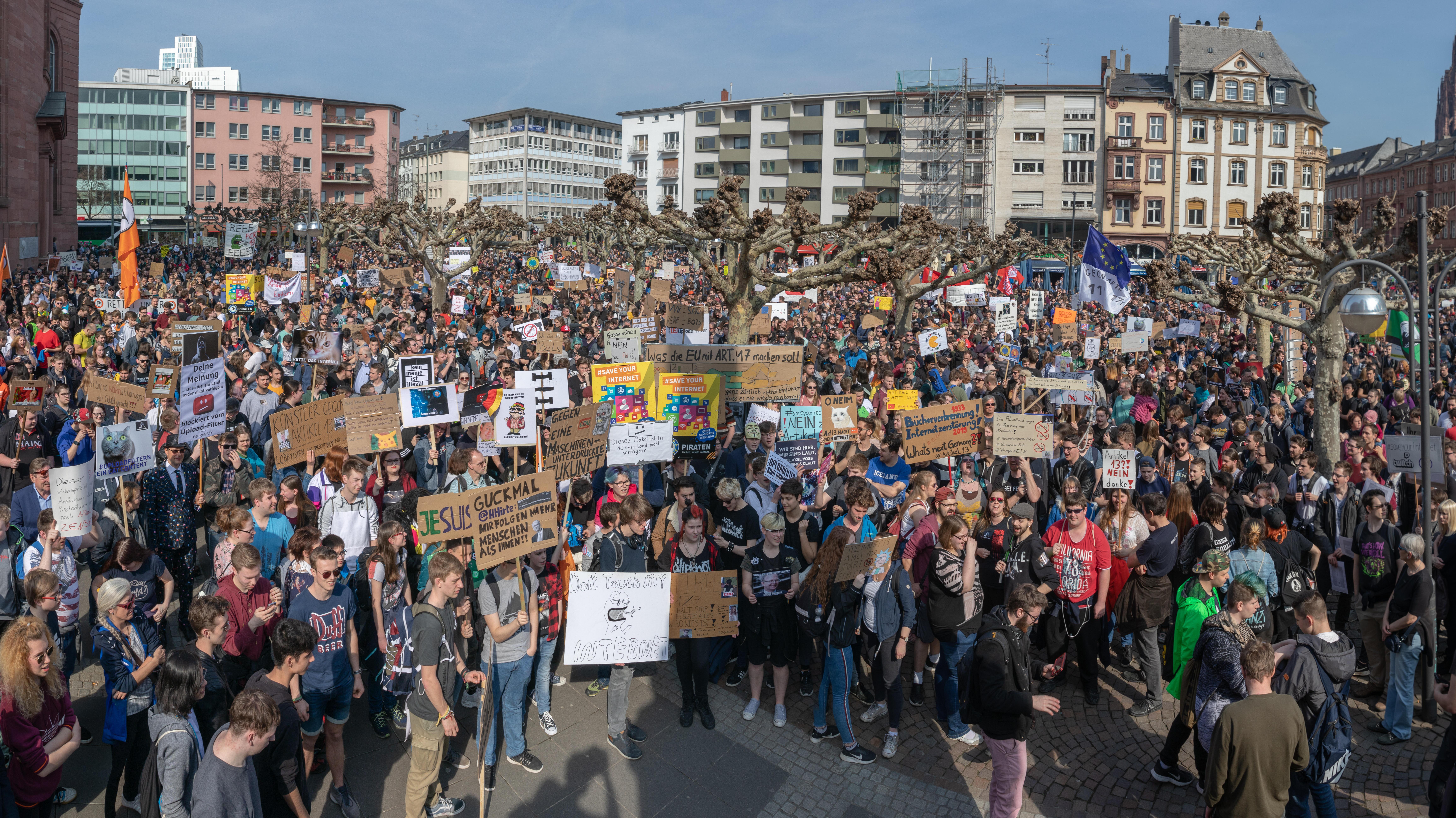 Großaufnahme einer Demonstration gegen Uploadfilter in Frankfurt