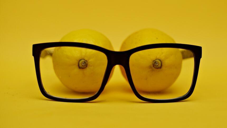 Zitronen gucken durch eine Brille