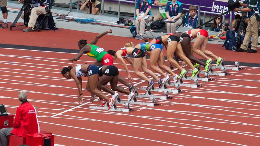 Bei einem Sprintstart kommt eine Läuferin zu früh aus dem Startblock