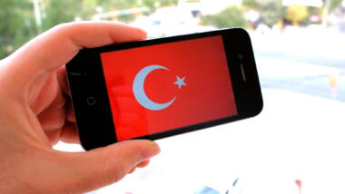 Smartphone mit türkischer Flagge als Hintergrund