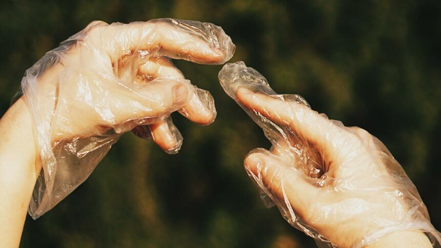 Hände in Handschuhen