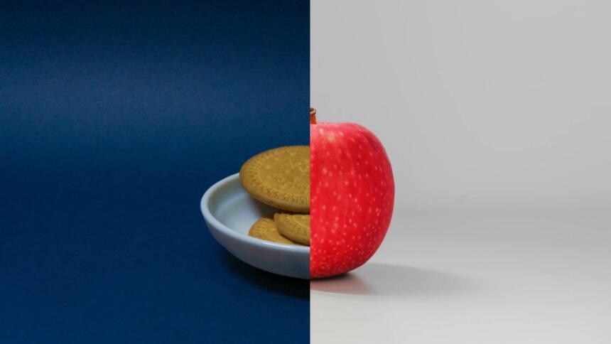 Eine Montage aus Keksen und einem Apfel