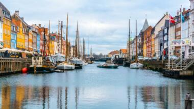 Aufnahme eine Kanals in Kopenhagen, gesäumt von Häusern und Booten.