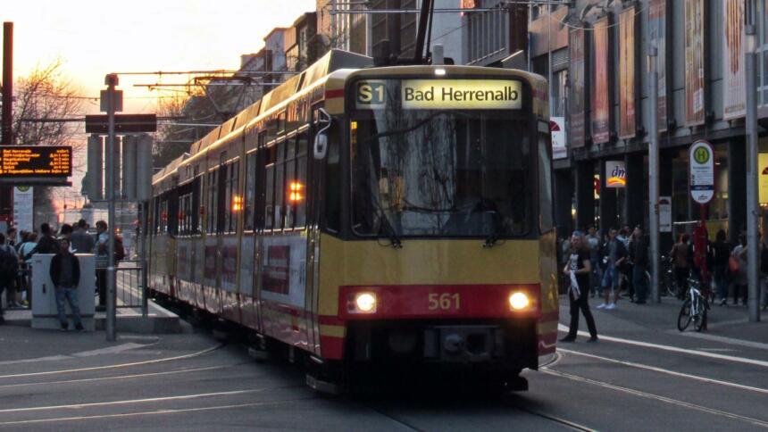 Europaplatz in Karlsruhe mit ausfahrender Tram
