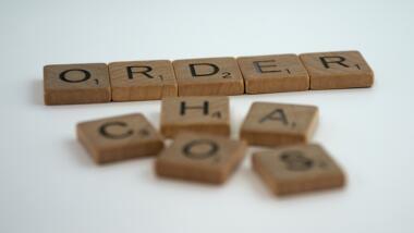 """Scrabblesteine, die """"Order"""" und """"Chaos"""" zeigen"""