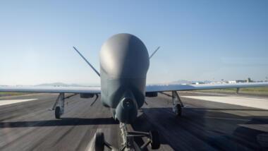 Am 12. November traf die fünfte und letzte NATO-AGS-Drohne in Sigonella ein. Zusätzlich wollte die Bundeswehr vier weitere hochfliegende Drohnen beschaffen.