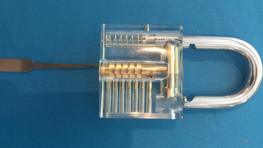 Transparentes Vorhängeschloss mit Lockpicking-Werkzeug