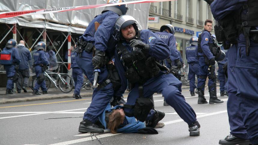 Bei der Festnahme nach einer Demonstration könnte die Polizei zukünftig eine europaweite Datenabfrage durchführen.