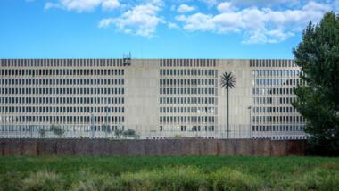 Bild des BND-Gebäudes in Berlin mit dekorativer Palme als Kunst am Bau