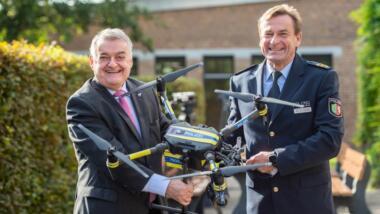 Innenminister Herbert Reul mit dem Direktor des LZPD beim Pressetermin des Drohnenprojekts.