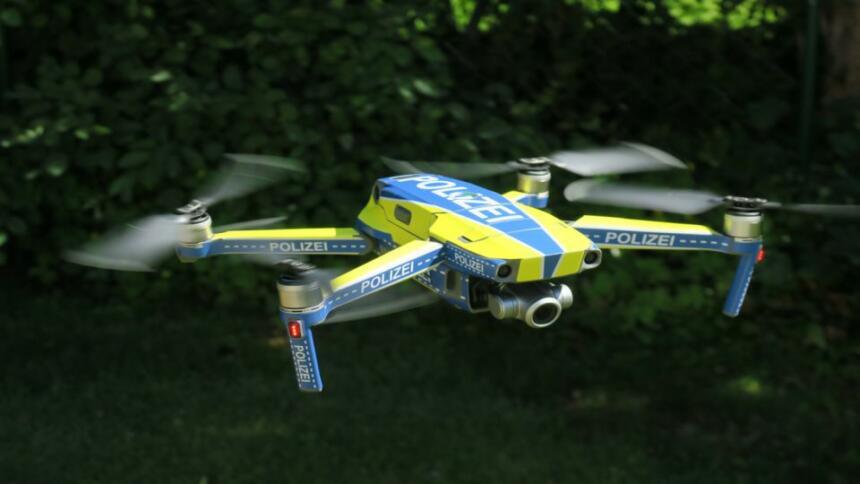 """Eine nordrhein-westfälische Drohne """"in Polizeioptik"""". Ab 2021 schickt der Innenminister über Hundert solcher Quadrokopter in die Fläche."""
