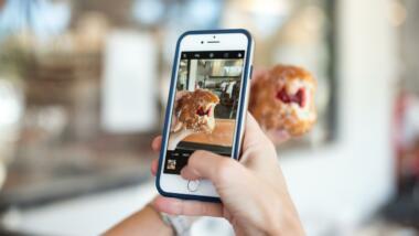 Donut wird fotografiert für Instagram